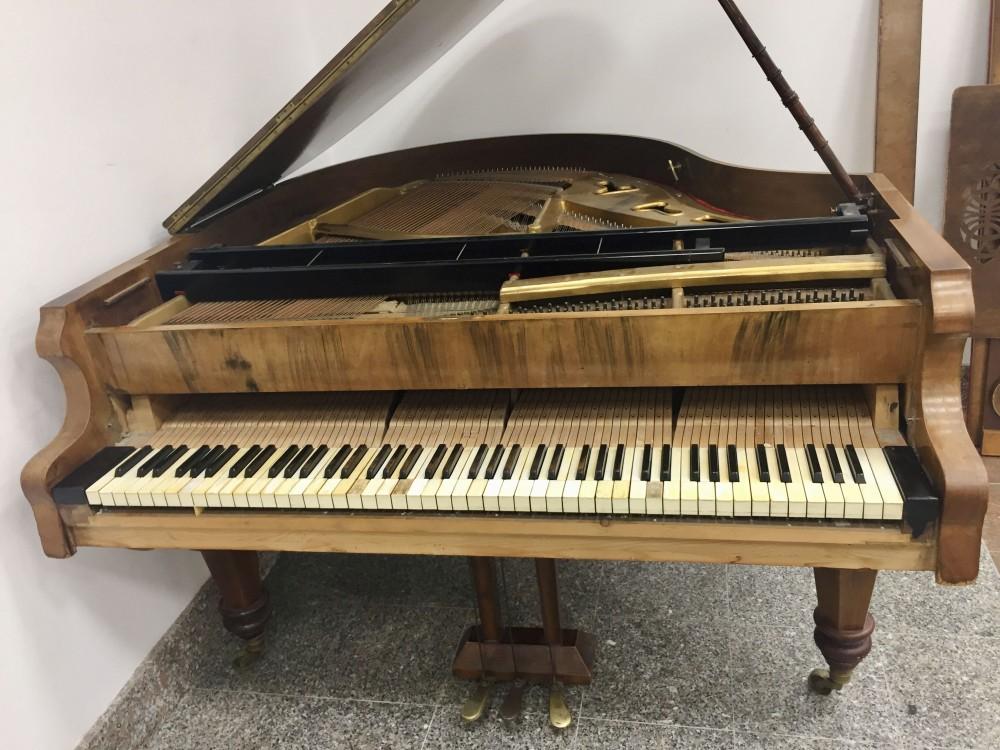 Klavir Stingl prije djelomične restauracije